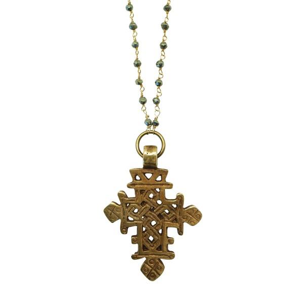 Collar boho con cruz tribal y cadena tipo rosario con piedra pirita