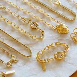 ⛓⛓⛓ y la nueva pulsera Big Links disponible con o sin inicial 💘  Bañamos todas nuestras piezas en oro 18/24K para mayor duración.Disponibles en 👉🏻www.eleonordecasanovas.com  📦 Envíos gratis 📦  #collares#cadenas#calidad#tendencia#availableonline#necklaces#chains   